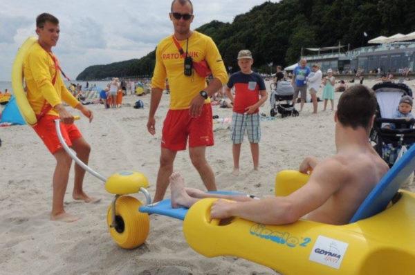 """Nad polskim morzem są dostępne """"amfibie"""" dla osób niepełnosprawnych"""