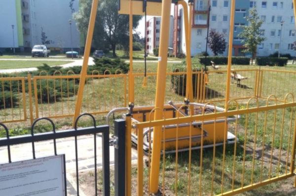 W Kołobrzegu na placach zabaw stanęły zabawki dla niepełnosprawnych