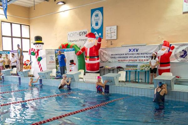 W Policach odbyły się integracyjne zawody pływackie