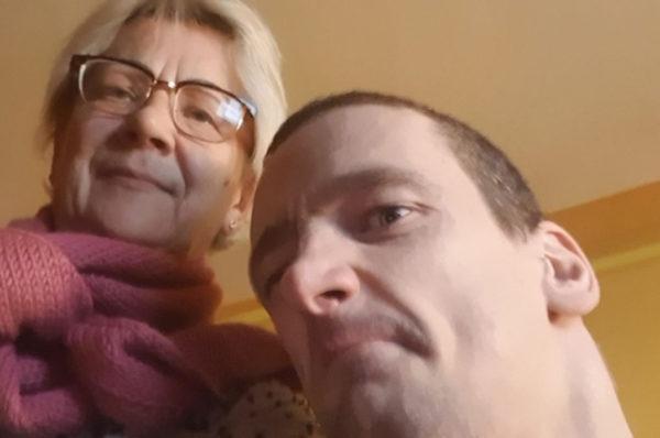 Niepełnosprawny Adam Kiech oraz jego chora na raka matka zbierają na rehabilitację