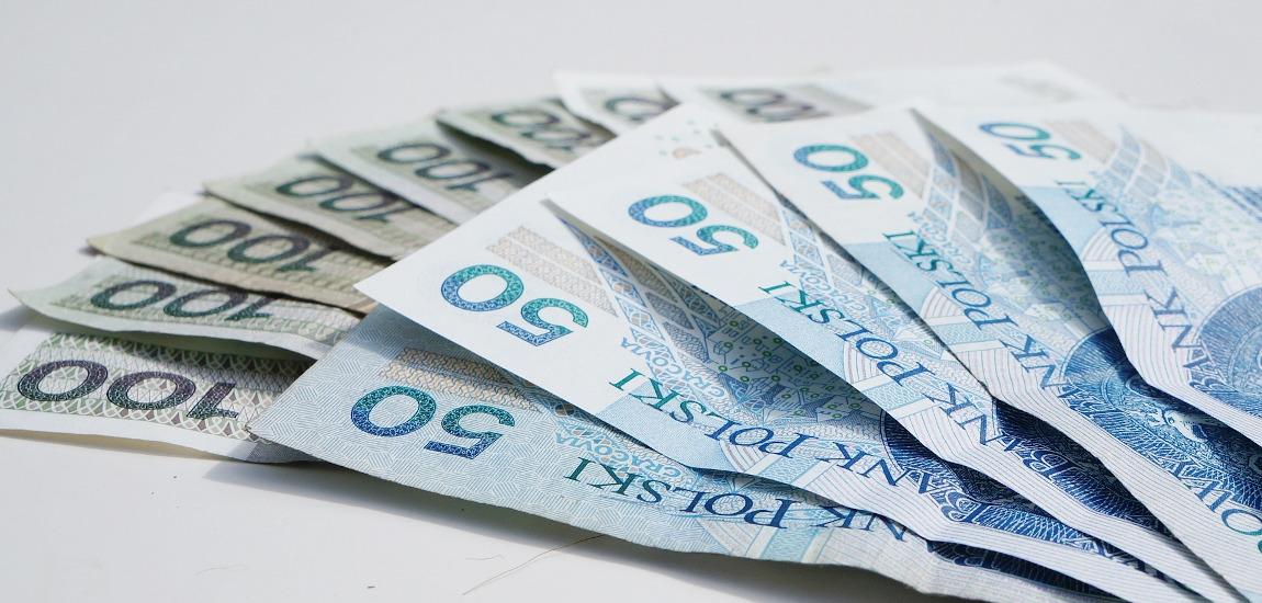 Plik banknotów 50-złotowych i 100-złotowych