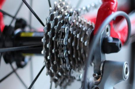 Karol Kowalski otrzymał od jednej z rzeszowskich firm klucze rowerowe