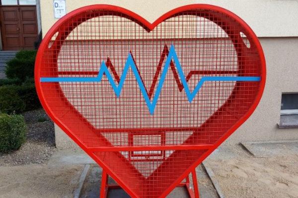 """SOSW w Trzciance stara się o """"metalowe serce"""" na nakrętki"""