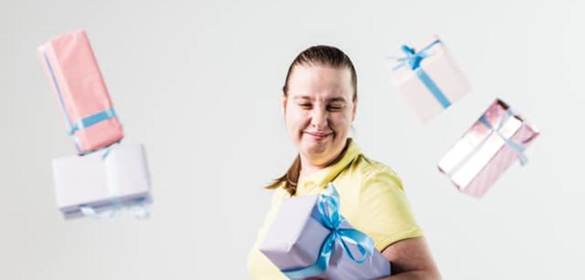 Uśmiechająca się niepełnosprawna kobieta