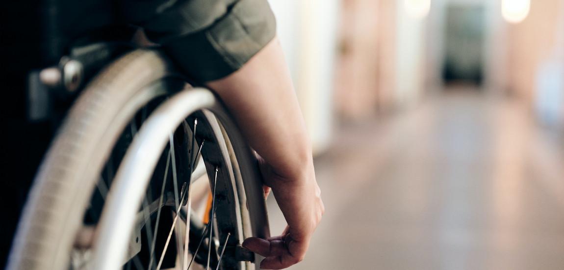 Osoba na wózku stojąca na korytarzu