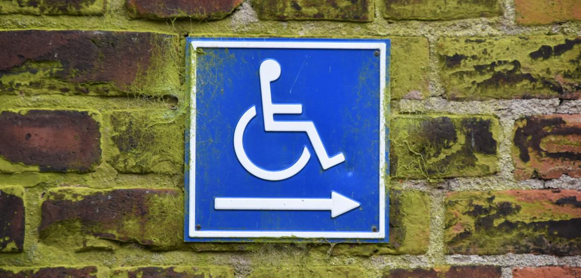Znak kierujący niepełnosprawnych odpowiednią drogą