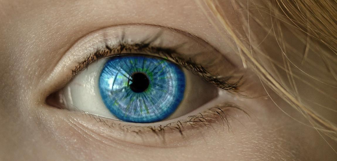 Zbliżenie na niebieskie oko (prawdopodobnie) kobiety