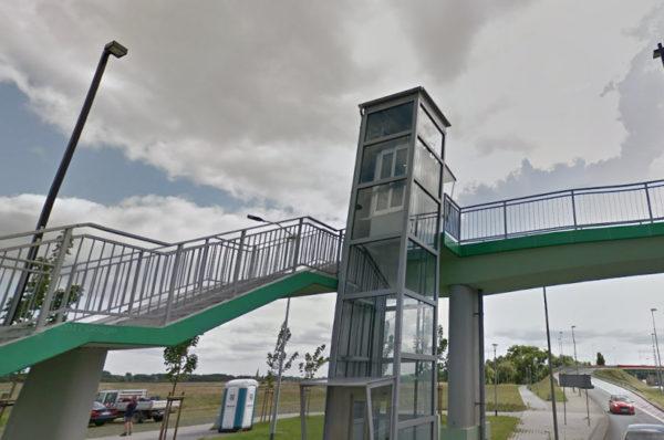 Szczecin: wiadomo, dlaczego nie działają windy kładki nad ul. Hangarową