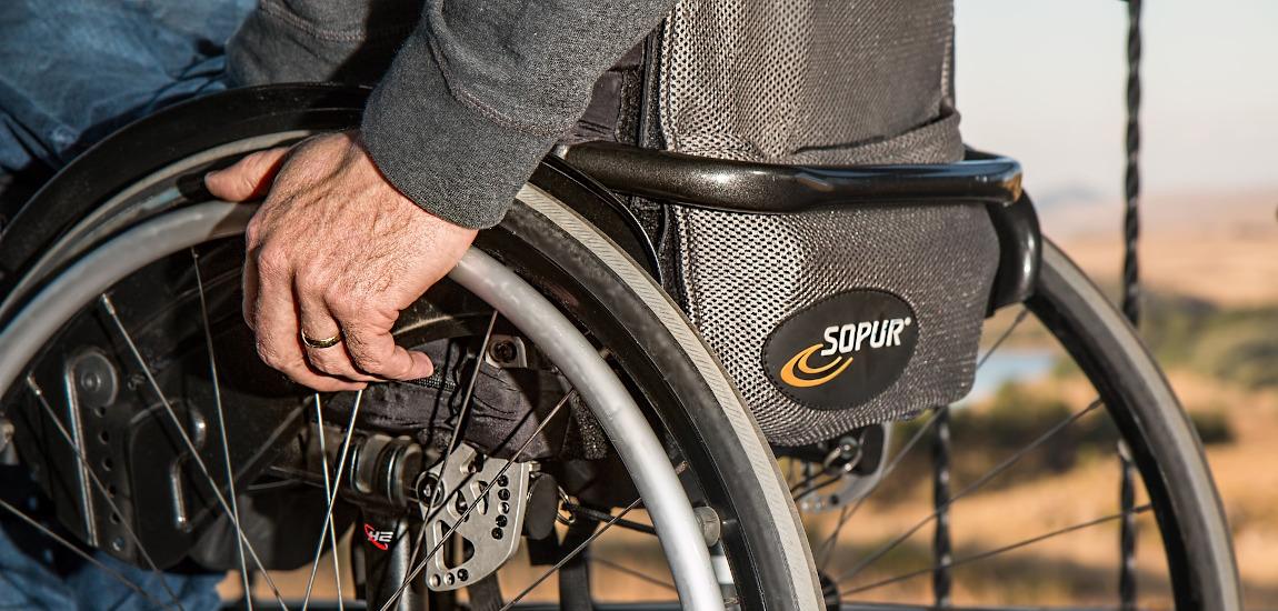 Mężczyzna poruszający się na wózku