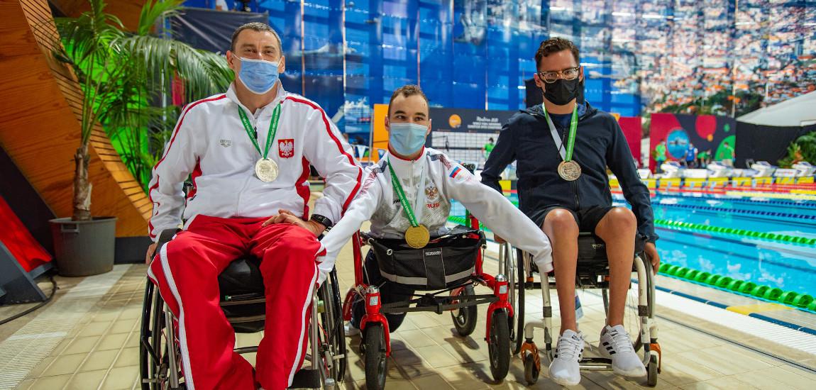 Pozujący do zdjęcia medaliści.