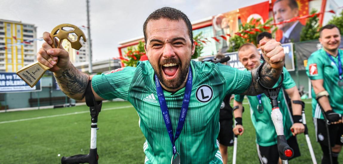 Okazujący radość z sukcesu zawodnik Legii Warszawa