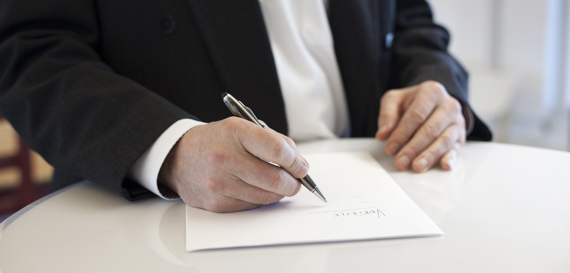 Mężczyzna podpisujący umowę