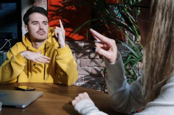 Spór o polski język migowy w poznańskiej szkole dla niesłyszących