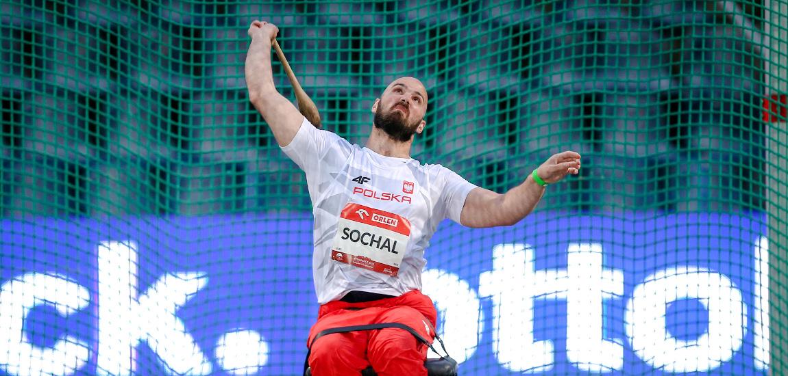 Maciej Sochal rzucający maczugą