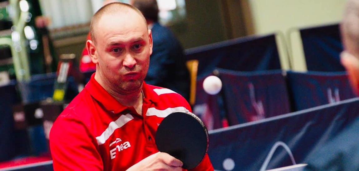 Tomasz Jakimczak odbijający piłeczkę przy stole do tenisa