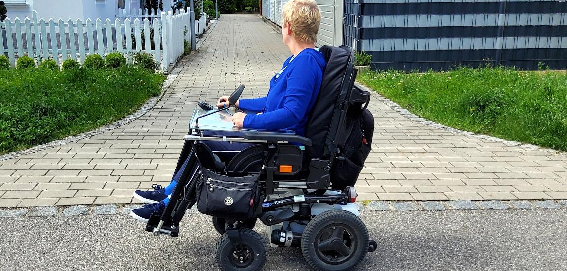 Kobieta na elektrycznym wózku inwalidzkim
