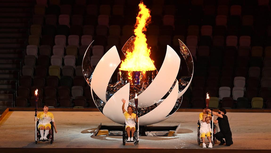 """Troje """"wózkowiczów"""" chwilę po zapaleniu znicza olimpijskiego"""