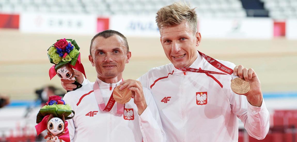 Marcin Polak i Michał Ładosz pozujący z medalami na szyi