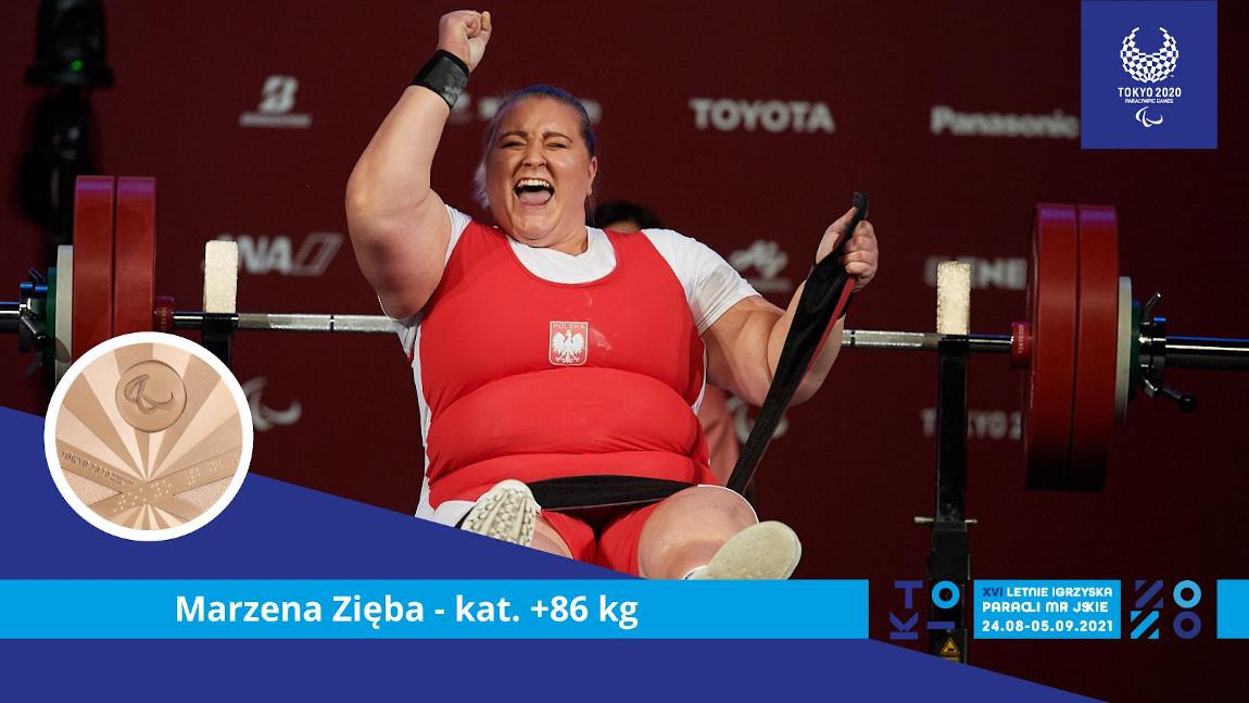 Marzena Zięba ciesząca się medalem