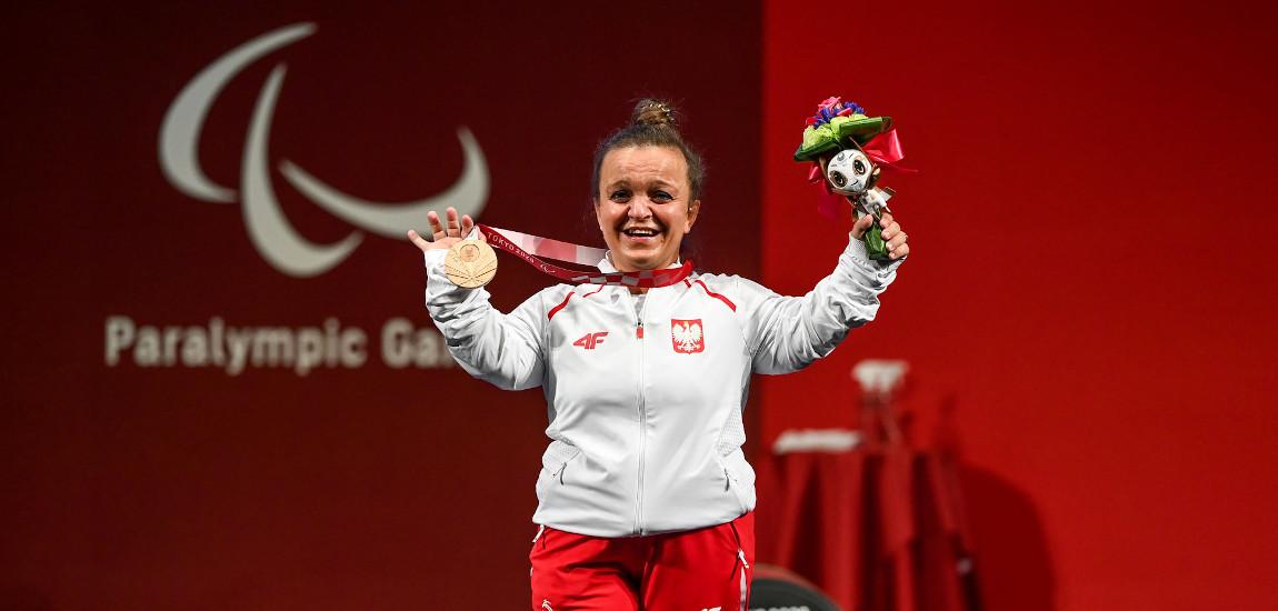 Justyna Kozdryk pozująca do zdjęć z medalem