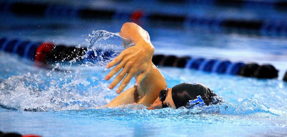 Mężczyzna płynący kraulem w basenie