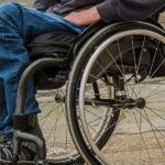 Osoba siedząca na wózku inwalidzkim