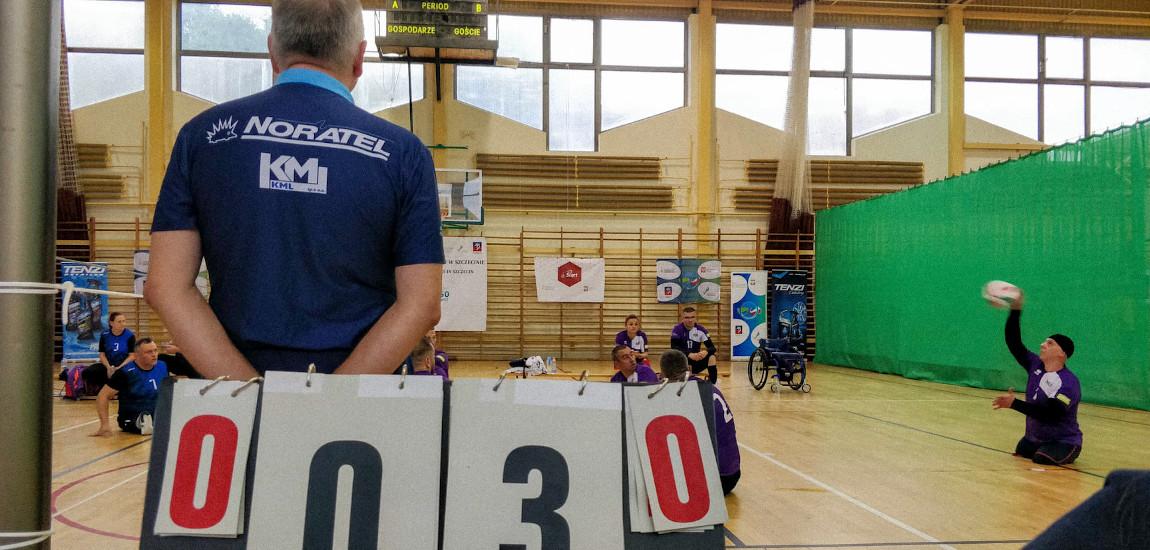 Zawodnicy rozgrywający mecz siatkówki na siedząco