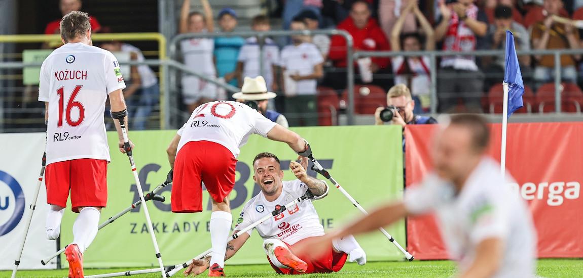 Polscy zawodnicy na boisku podczas meczu