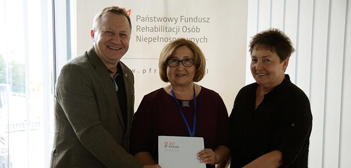 Anna Rąbel, Andrzej Bednarek i Beata Chmielewska prezentują podpisaną umowę