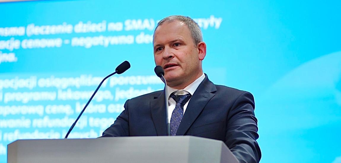 Wiceminister Maciej Miłkowski podczas briefingu prasowego