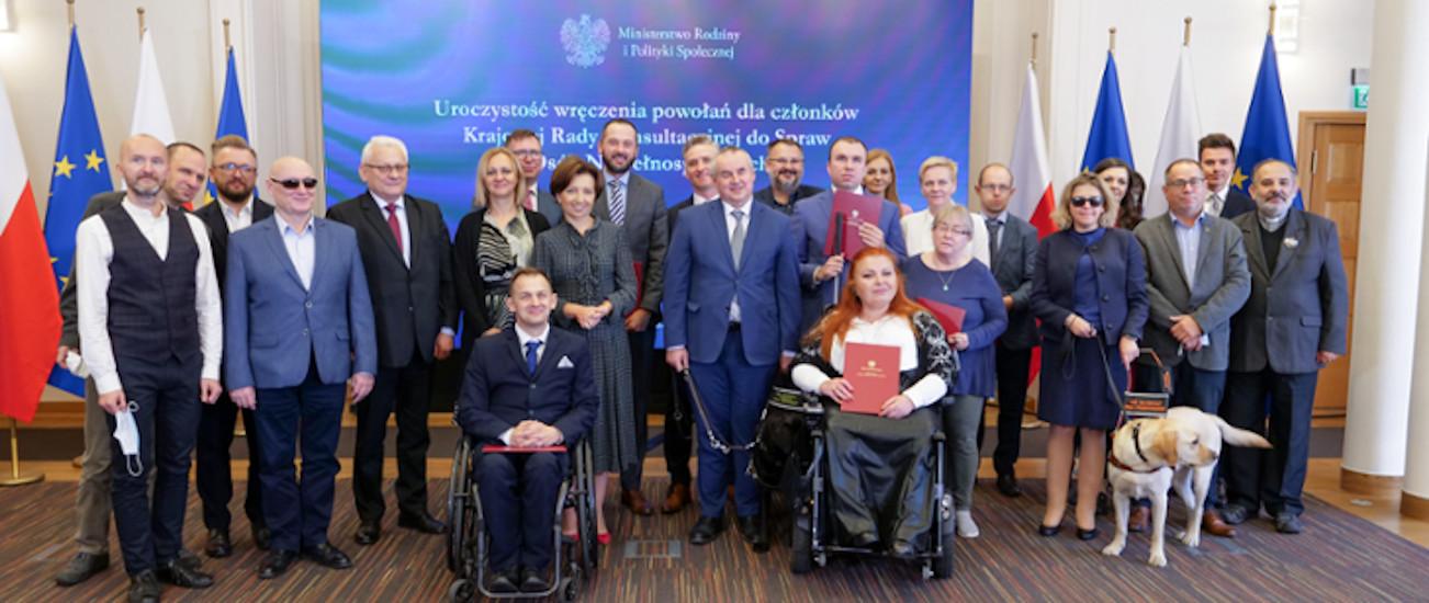 Zdjęcie grupowe Krajowej Rady Konsultacyjnej do Spraw Osób Niepełnosprawnych